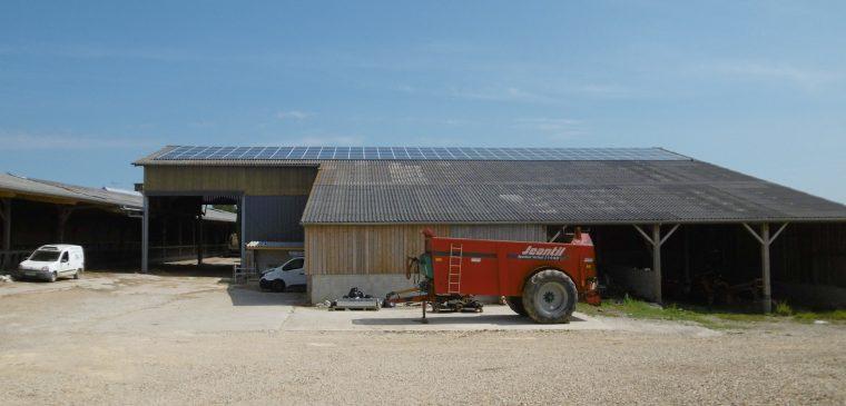 photo d'une grange avec un tracteur