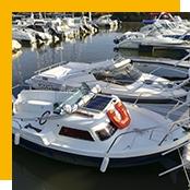 panneau solaire sur un bateau dans un port