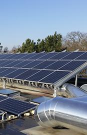 panneaux solaires sur un bâtiment