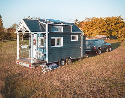 tiny house dans un champs