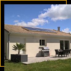 maison avec panneaux solaires sur le toit